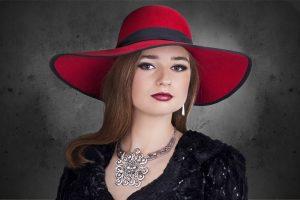Kvinde med hat og smykker